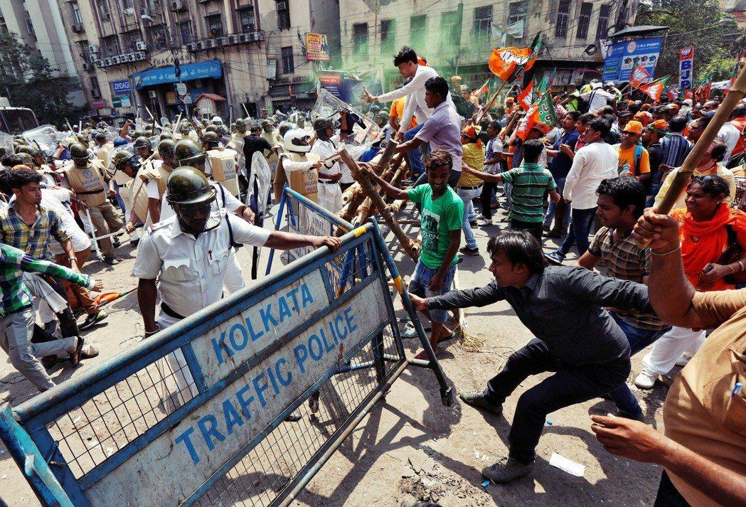 西孟加拉邦近年來的族群衝突不斷,穆斯林與印度教徒關係緊張。圖為去年五月,加爾各答...