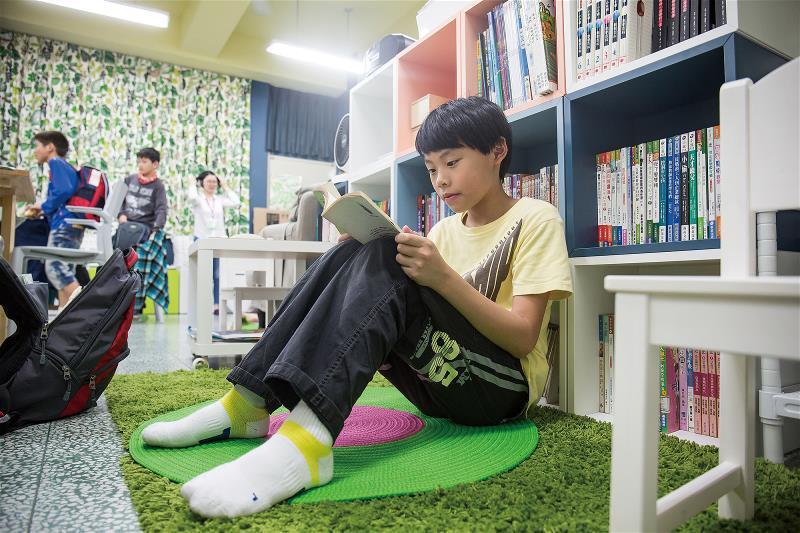 在用心布置的教室裡,孩子可以找到自己喜歡的角落,自在閱讀。 (林旻萱攝)