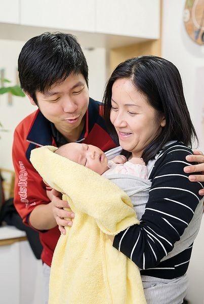 余卓祺(左)說,香港罕見溫柔生產,但經由充分的產前教育,也共享了一段難忘的經驗。