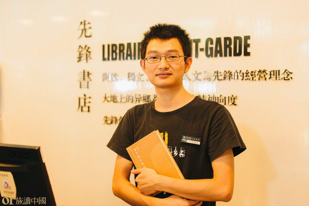 永豐詩社店長張金京,珍惜每隔走過書店前五十米路進來的客人。