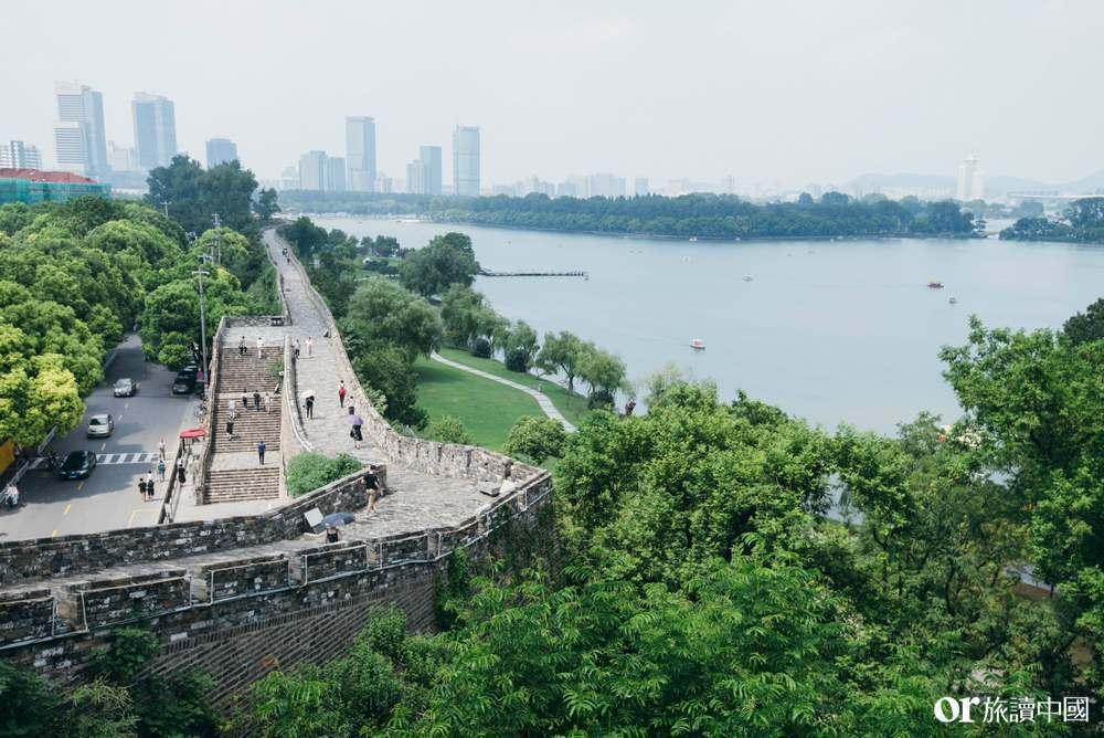 在城牆裡、臨著玄武湖,臺城書房有著得天獨厚的景觀優勢。