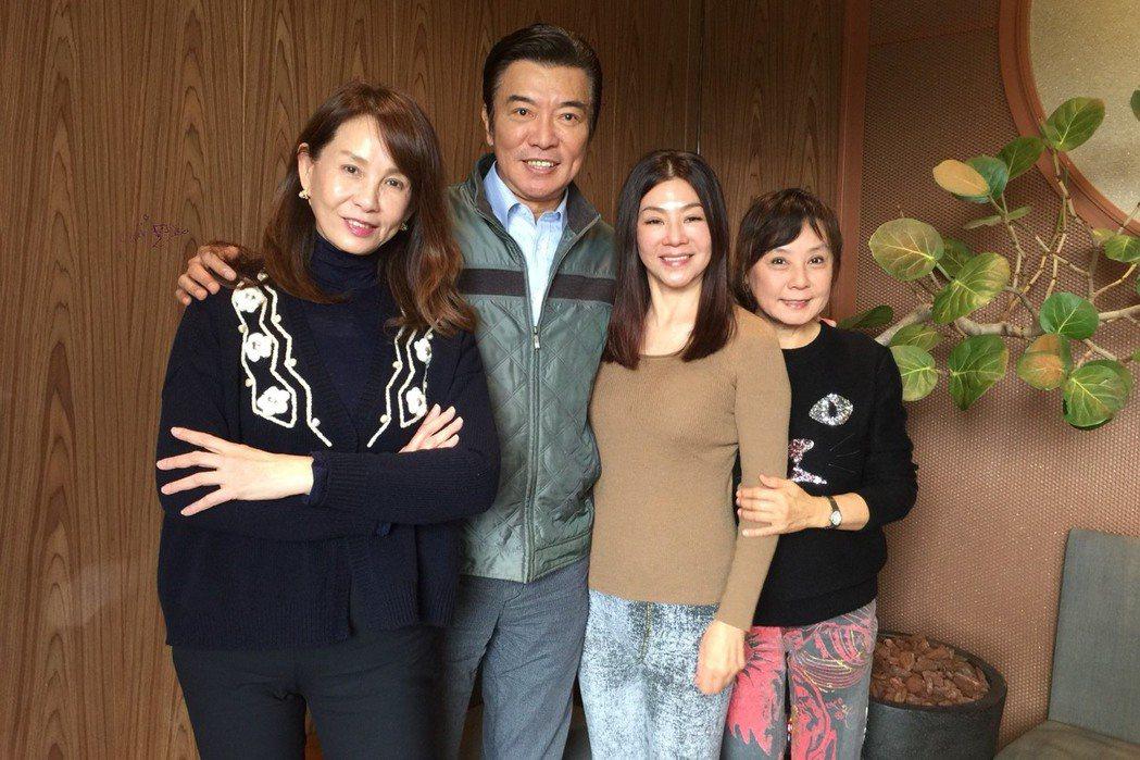 周丹薇(左起)、張佩華、蔣黎麗、閻瑪莉昔日中視老友巧遇。記者陳慧貞/攝影