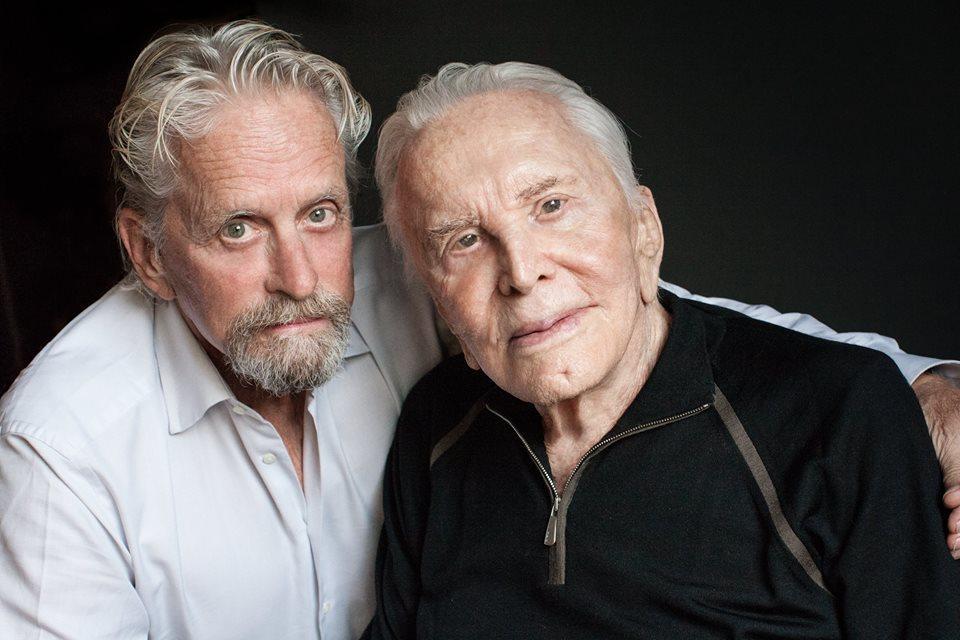 麥克道格拉斯與父親寇克道格拉斯(右)是好萊塢影壇父子檔。圖/摘自臉書