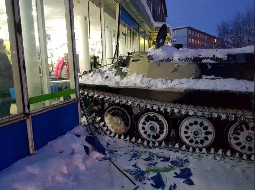 俄羅斯男子偷來一輛坦克車,撞進超商偷酒喝。Albert Borkin提供路透