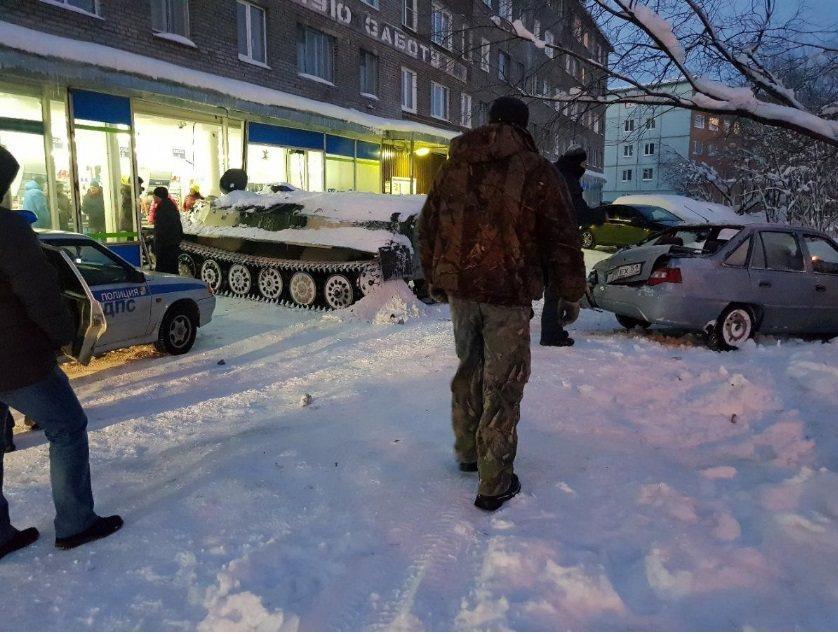 俄羅斯男子偷裝甲運兵車撞進商店,路人看起來很冷靜。Albert Borkin提供...