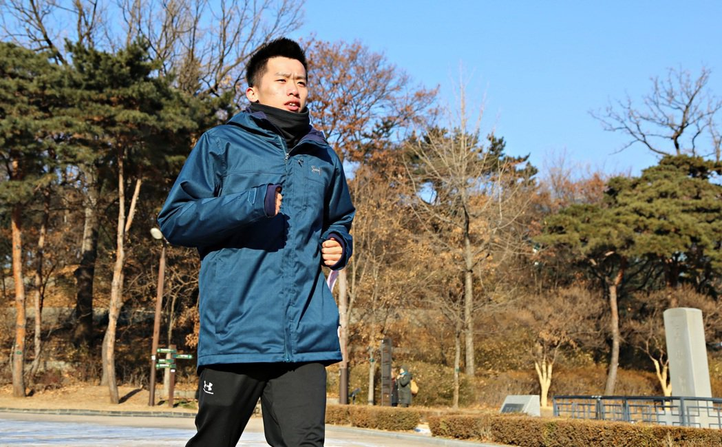 出任平昌冬奧火炬手的台灣體操好手李智凱,今早在南韓仁川頂著零下11度的低溫進行練...