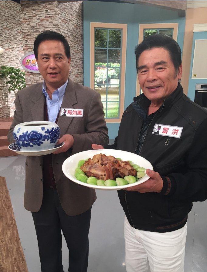 馬如風、雷洪兩個資深帥哥獻年菜。圖/民視提供