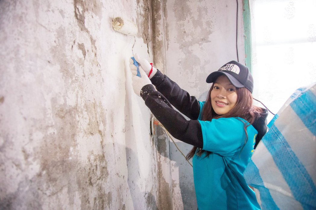 戴愛玲幫助弱勢老人粉刷屋子。圖/衡山基金會提供