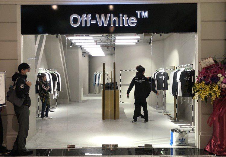 高端時尚品牌Off-White今天開賣For All系列,排在第一位的消費者,足...