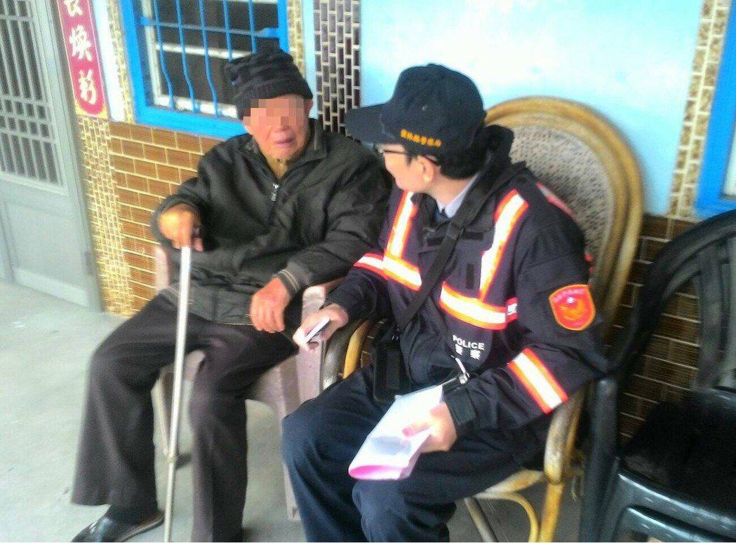 暖警探訪老人,提醒保暖並留下緊急聯繫電話,暖警關懷老人真感動。圖/北港分局提供