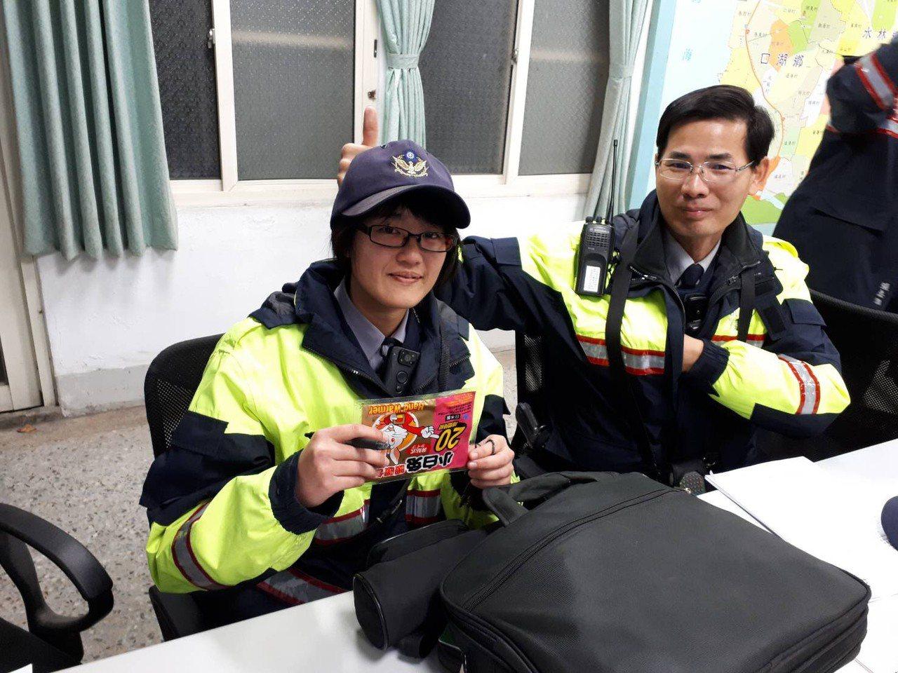 夜巡探訪老人,警察攜帶分局長送的暖暖包,有的轉送給怕冷的老人暖警探訪老人,暖警關...