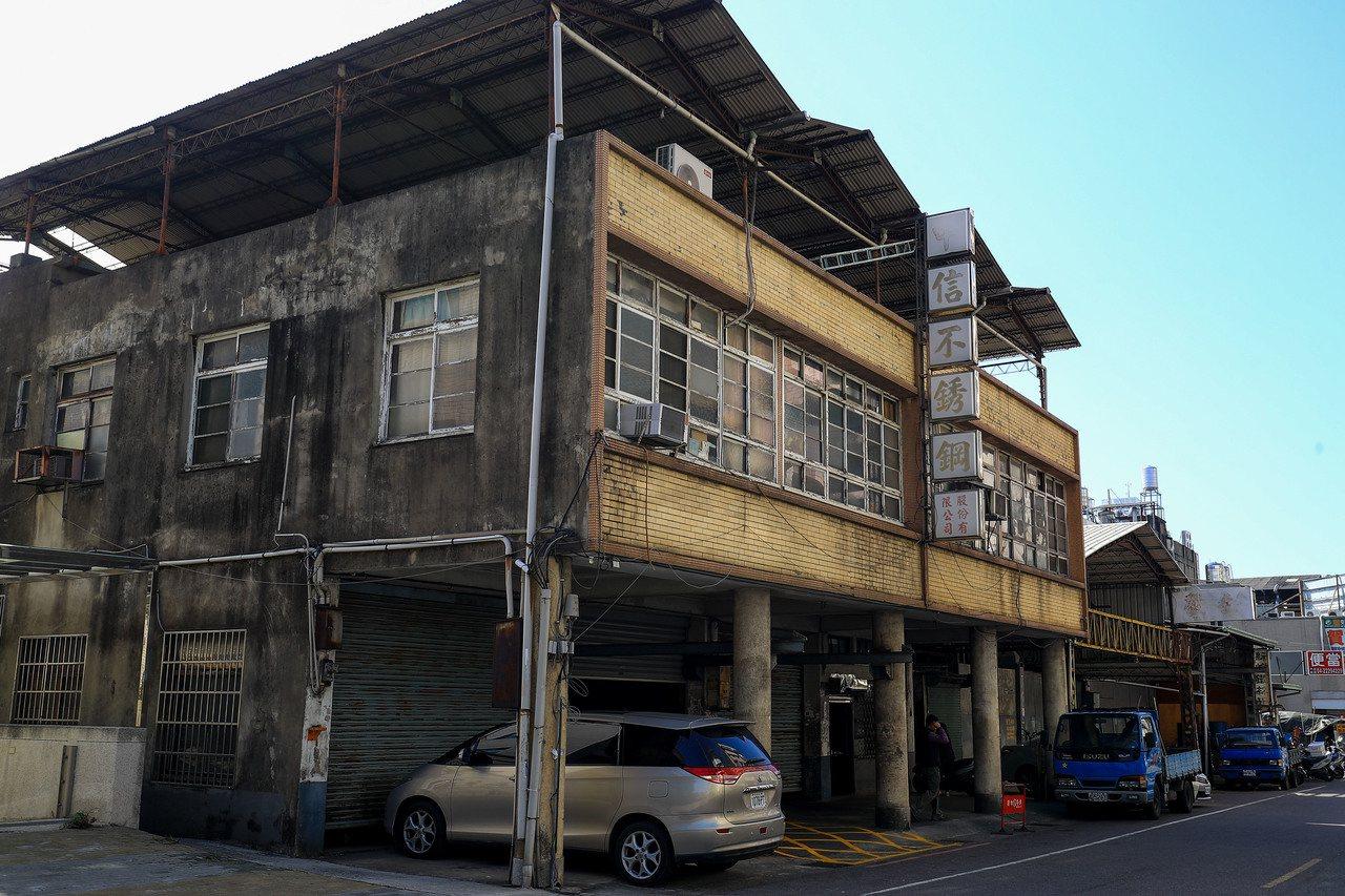 台中市東區和平街都更會成立,周邊有不少家庭式工廠。圖為都更範圍內的建築物。圖/台...
