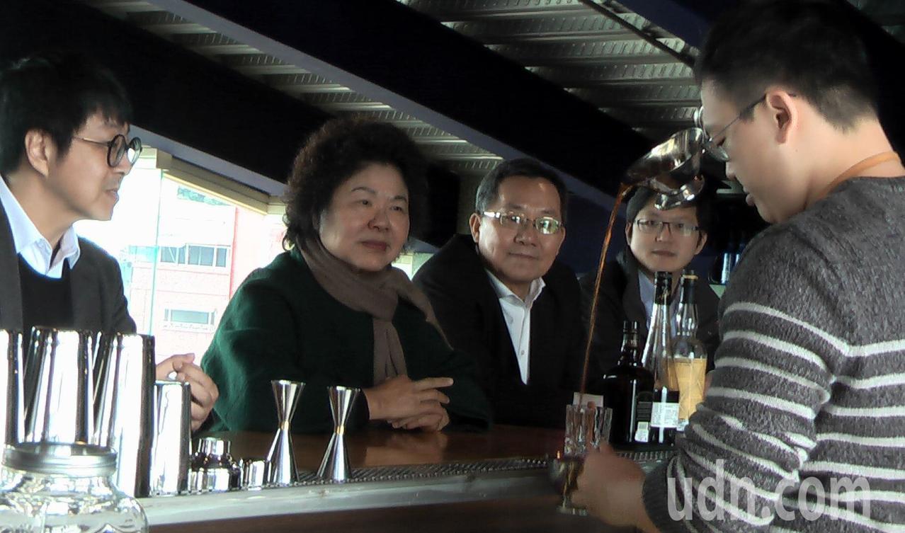 紅橋餐廳二樓為無菸酒吧,由具專業調酒師資格的打狗啤酒創辦人呂孟寰(右1)掌檯。記...