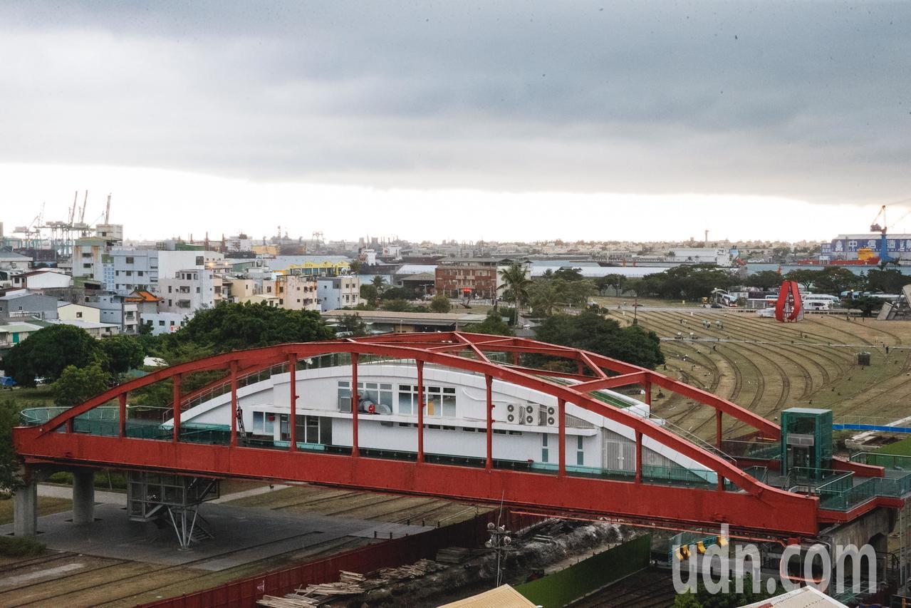 公園陸橋見證了高雄港作為海陸聯運系統的樞紐與產業轉型面臨的空間議題。圖/高雄市文...