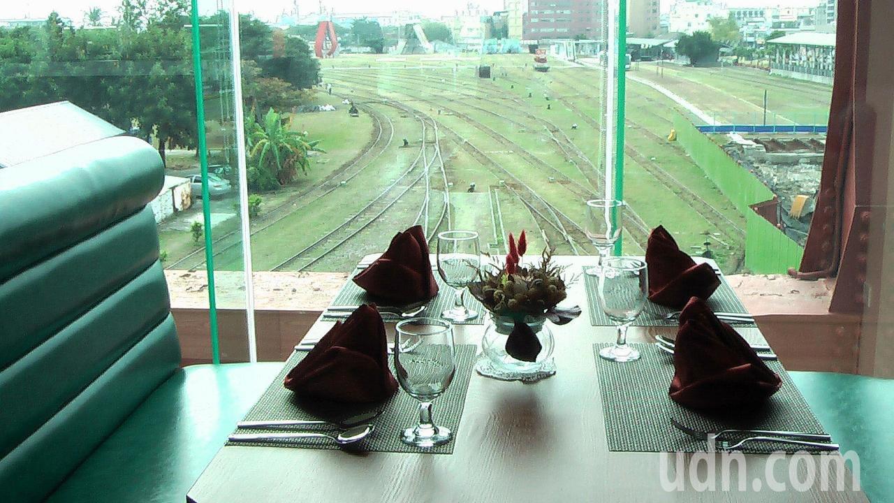 從「紅橋On The Bridge」窗口,可遠眺鐵道公園與港口美景。記者徐如宜/...