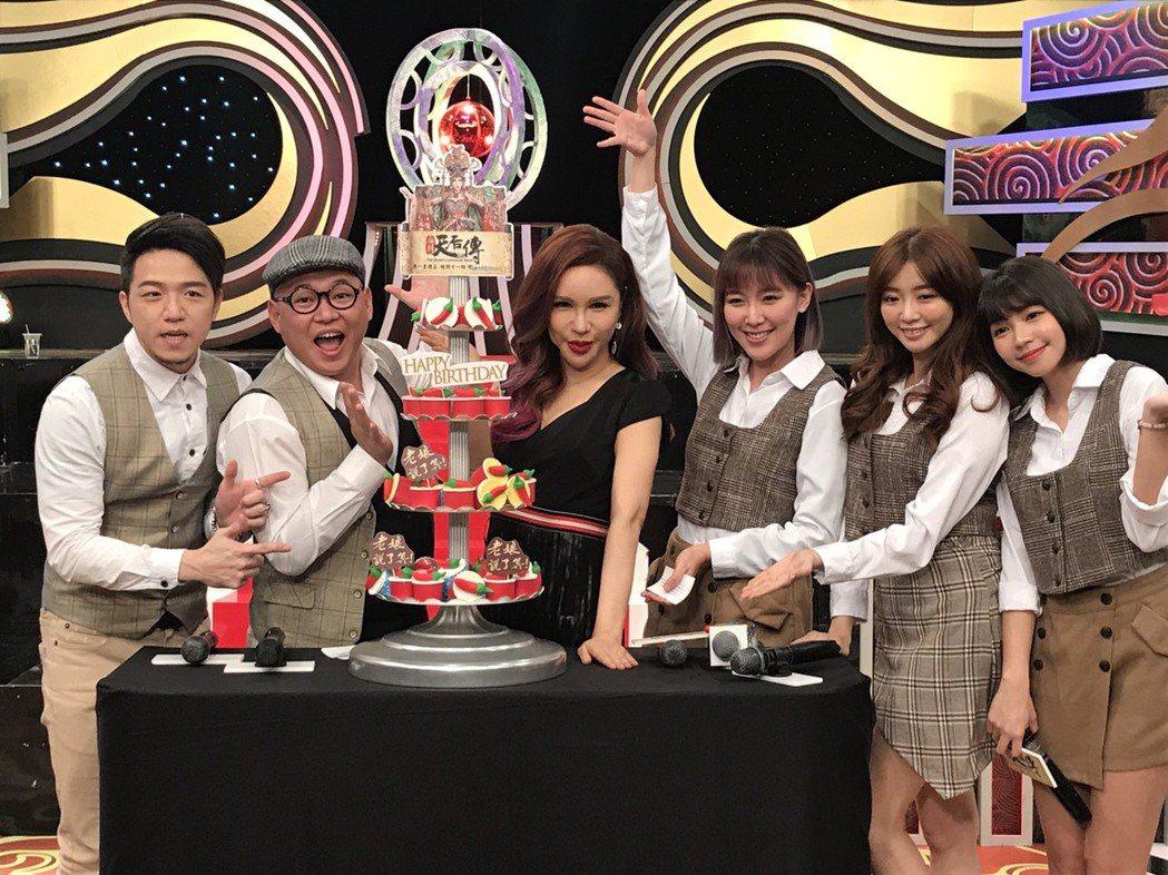利菁(左三)節目慶周年,在這個不景氣的時代確實不太容易,左起為搭檔大飛、大愷、李...