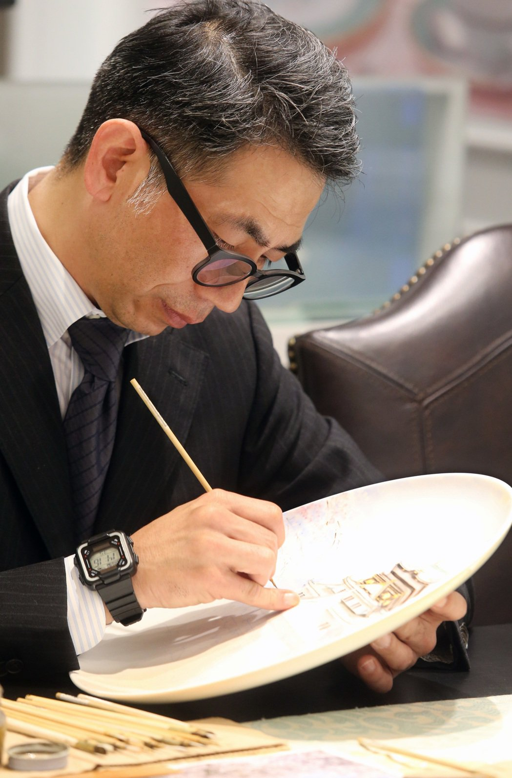 日本手繪大師岡田正己(圖)現場手繪大阪天守閣贈與阿諾做為新婚賀禮,讓阿諾相當開心...