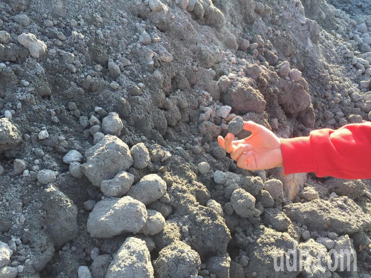 強鹼爐渣入侵金門,民眾聞礦物細料色變。記者蔡家蓁/攝影