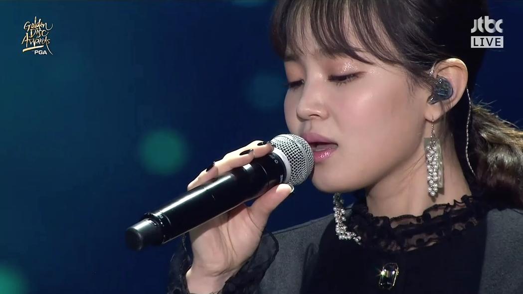 李遐怡哀戚演唱「嘆息」。圖/摘自JTBC