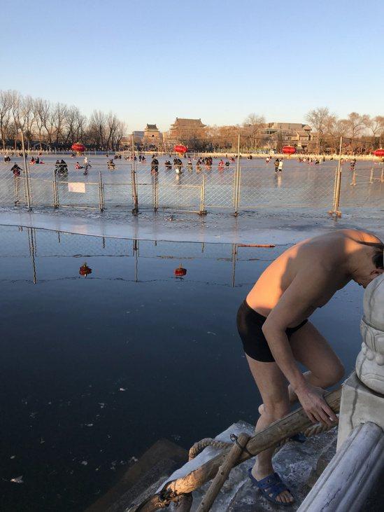 不怕冷的冬泳人士,非本文當事人。記者陳言喬/攝影