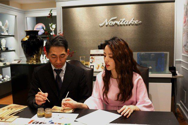 「食尚玩家」主持人阿諾也在現場與大師學習手繪技法。圖/Noritake提供