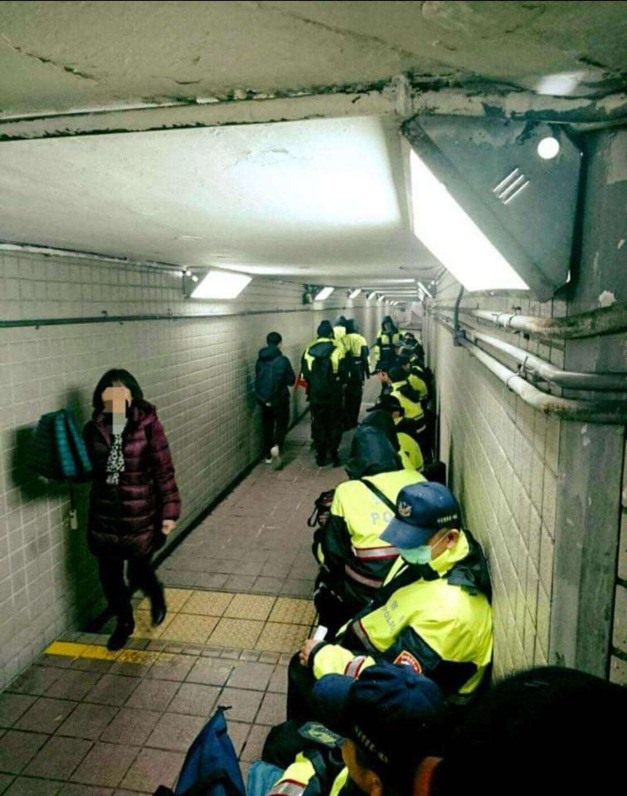 針對勞基法修法聚眾抗議,警察連日頂著低溫值勤,警界瘋狂轉傳1張照片,畫面中多名員...