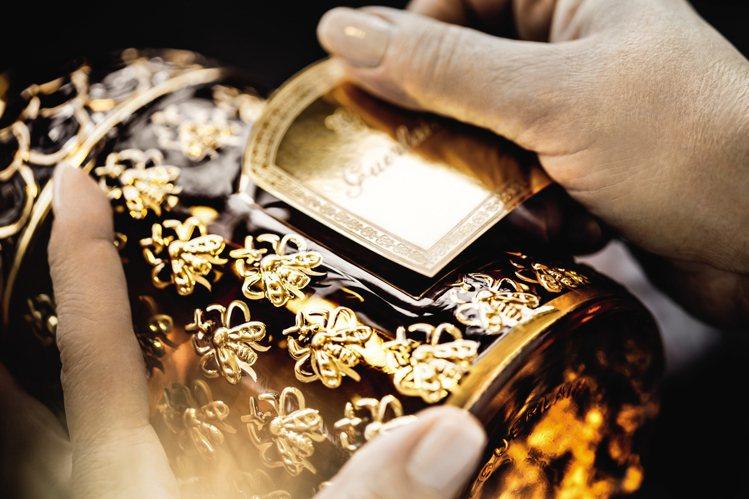 嬌蘭帝王香水金色帝王蜂印瓶以手工繪製金漆,更顯尊貴。圖/嬌蘭提供