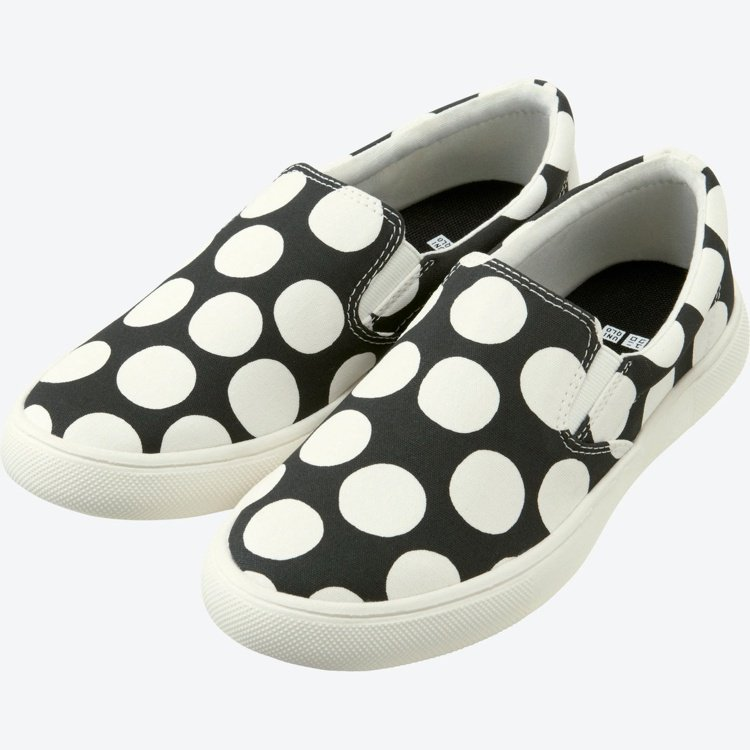 Marimekko× UNIQLO系列Kivet印花黑休閒鞋。圖/Marimek...