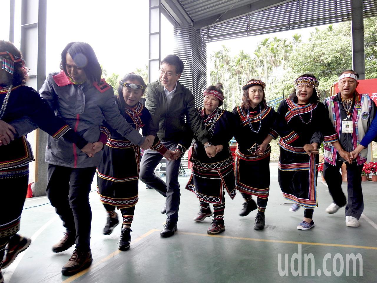 南投縣丹大布農生態旅遊協會今成立,會員帶著林務局長林華慶(左3)等官員開心歌舞。...