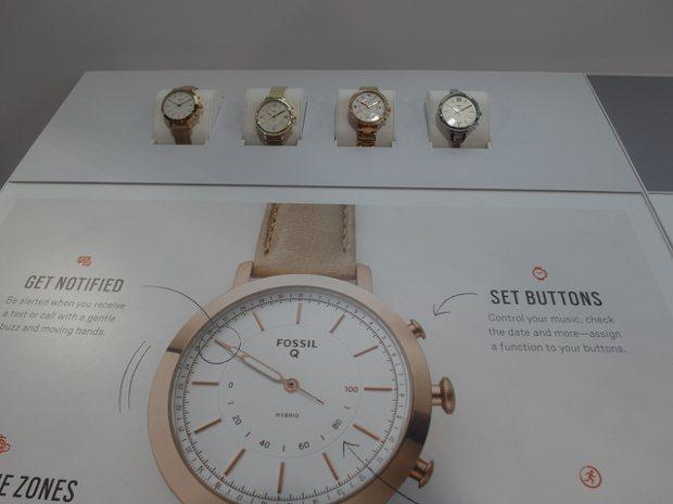 Fossil的智慧手表透過指針進行設定。   記者何佩儒/攝影