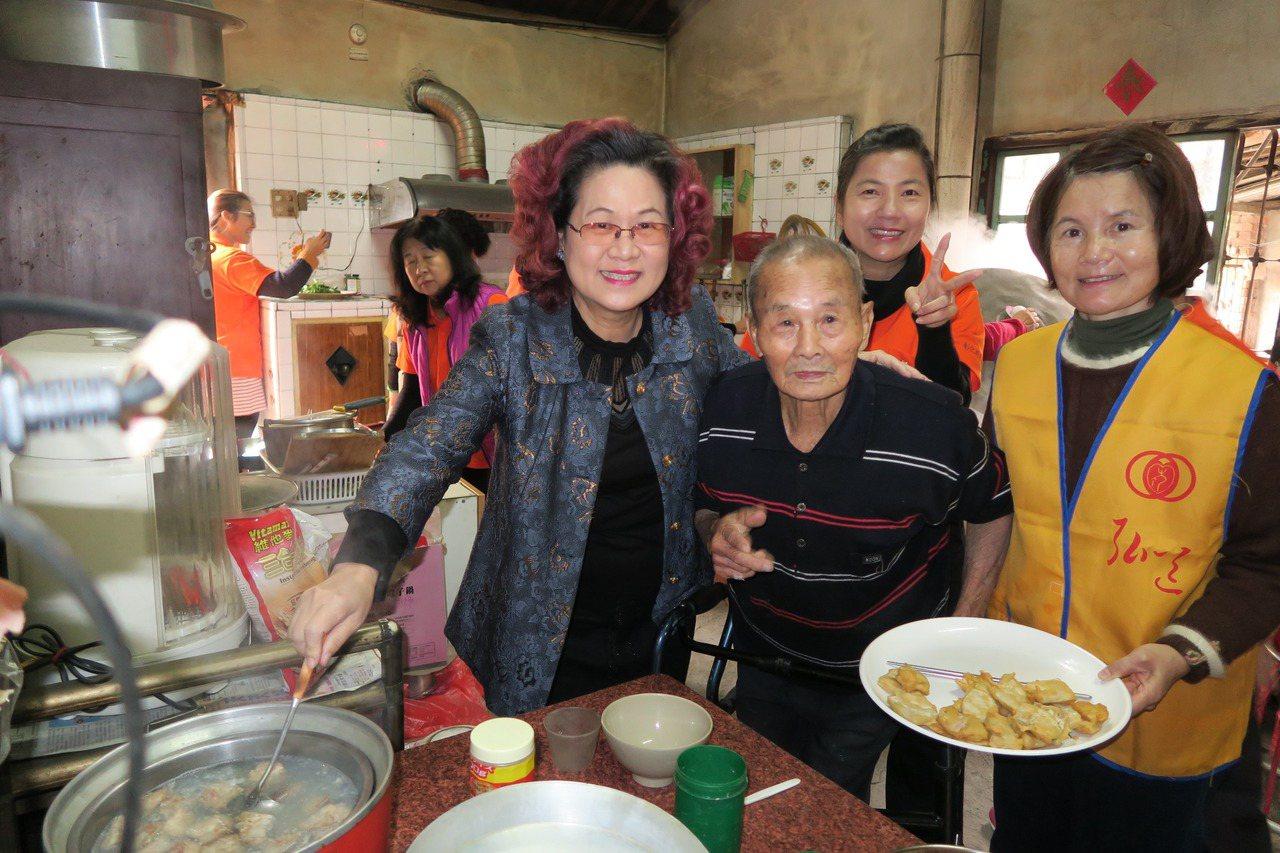 田中鎮87歲陳照老先生年輕時也很會做菜,弘道老人福利基金會今天幫陳照圓夢,讓他重...