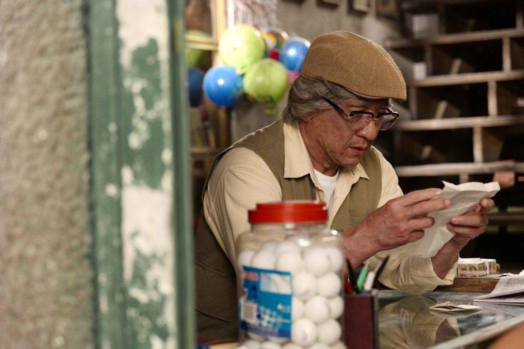 動作巨星成龍在新片「解憂雜貨店」中化老妝扮演靈魂人物雜貨店老闆。圖/華映提供