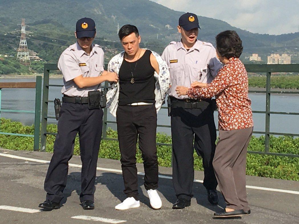 竇智孔(左二)在微電影中詮釋叛逆少年。圖/傑星提供