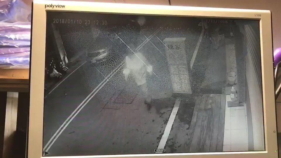 斗南分局副分局長李建興帶隊夜巡,發現婦人求救,趕緊下車救人。圖/斗南分局提供