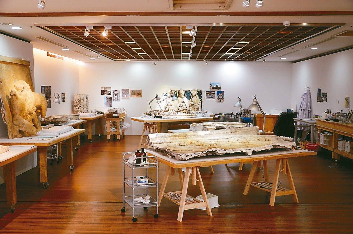 石膏修復室教大家如何修復古文物。 記者施鴻基/攝影