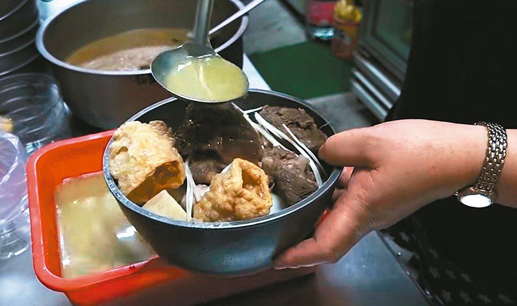 南投市御品鮮羊肉爐、薑母鴨提供縮小版個人鍋,方便顧客隨時享受進補美食。 記者賴香...