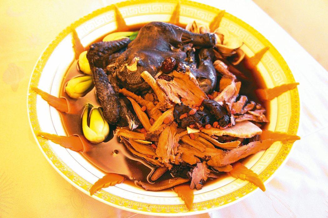 中醫師張世良建議民眾,可自行在家裡燉一鍋十全雞湯。 記者何烱榮/攝影