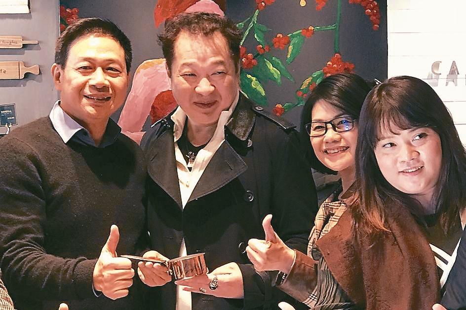天仁集團董事長李家麟(左一),出席上海卡啡那開幕式。 記者杜宗熹/攝影