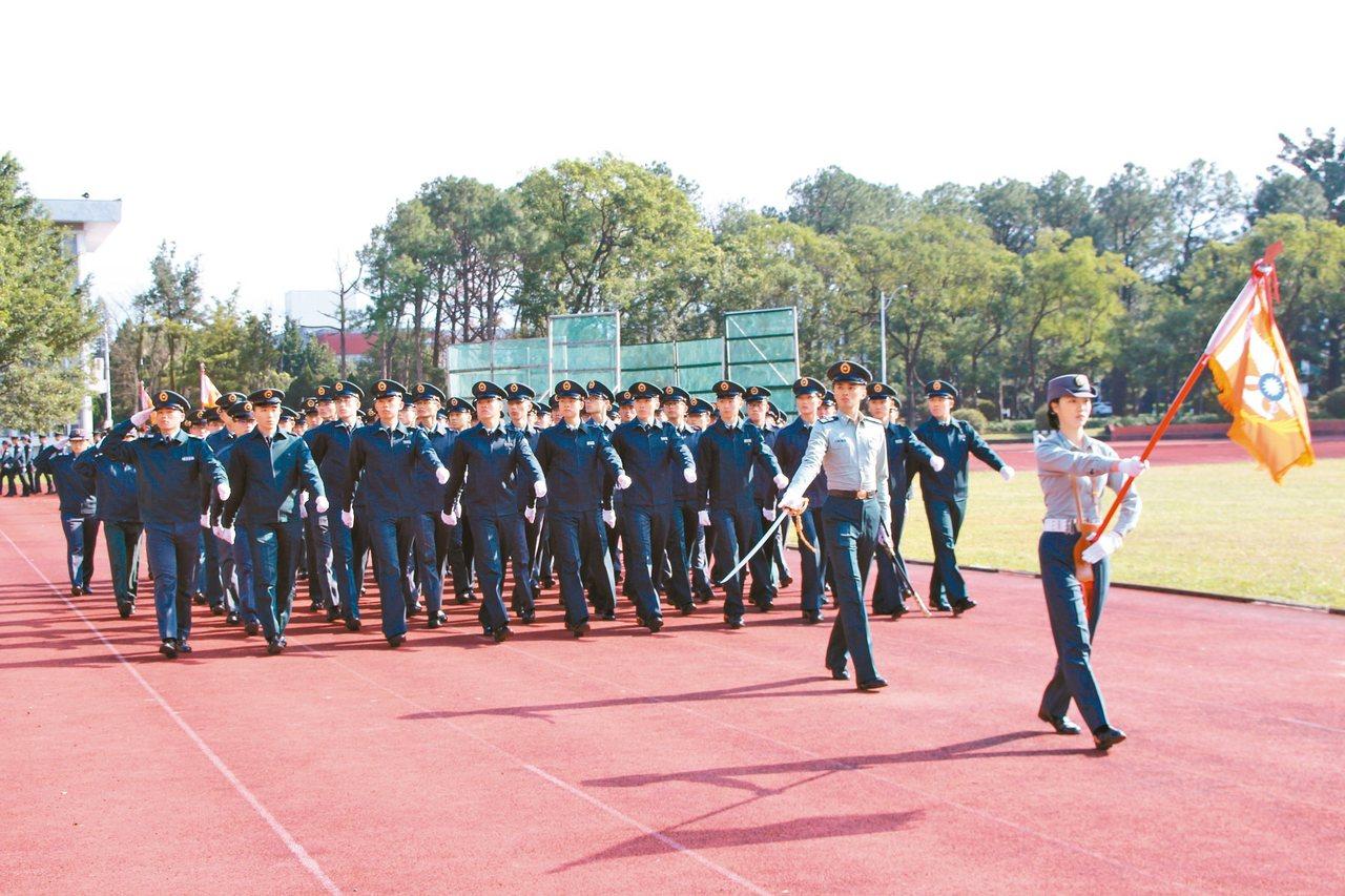 為重拾軍校生的精神榮譽鼓勵,國防大學理工學院昨天舉辦閱兵儀式。 記者許政榆/攝影