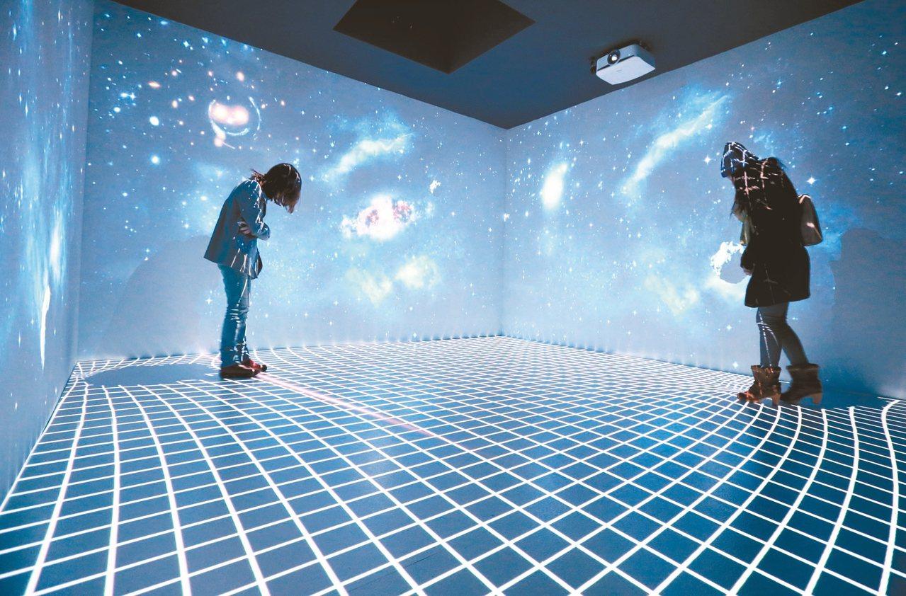 愛因斯坦特展展出近百件愛因斯坦真跡文物,昨天吸引不少人參觀。 記者許正宏/攝影