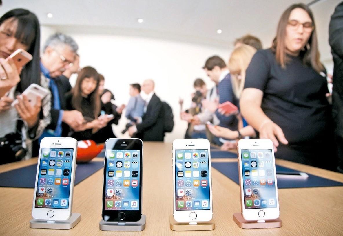 日媒報導,iPhone SE 2可能在今年第3季下半期亮相。 圖/美聯社資料照片