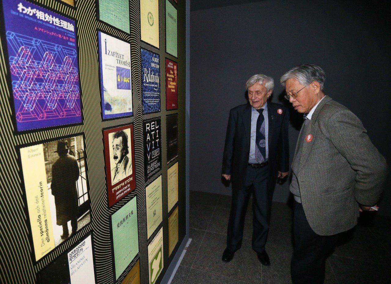 愛因斯坦特展昨天在中正紀念堂舉行開幕記者會,愛因斯坦文獻庫主任Professor...
