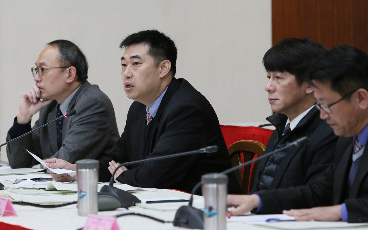 立法院昨舉行監察委員人事同意權案公聽會,律師葉慶元(左二)指出,監委應該超出黨派...