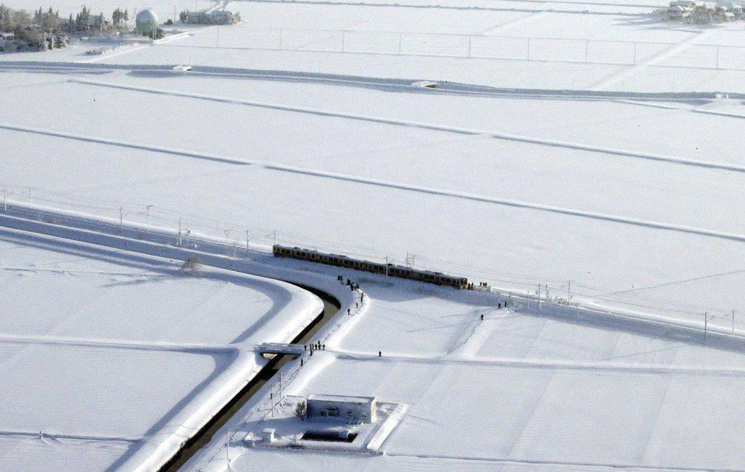 JR信越線電車12日被大雪困在新潟縣一處曠野。 美聯社