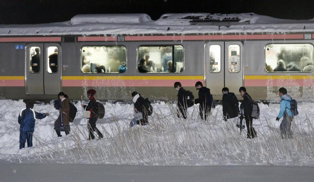 日本JR信越線電車11日晚至12日凌晨,在新潟縣被大雪困住,部分乘客由家人接回。...