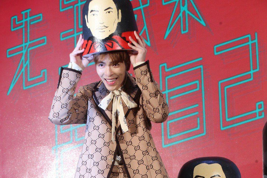 蕭敬騰將俄羅斯娃娃的頭戴在頭上拍照。記者徐兆玄/攝影