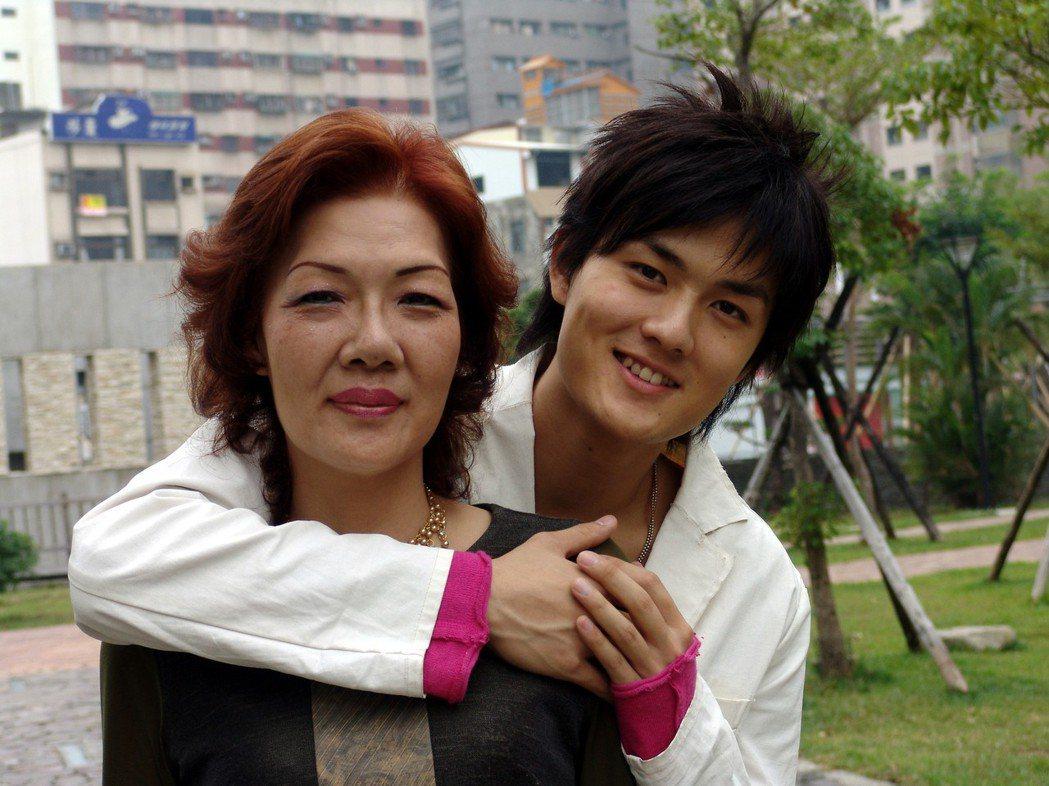 圖為吳克群與媽媽於2005年一起接受「聯合報」專訪時所拍攝之照片。 圖/聯合報報...