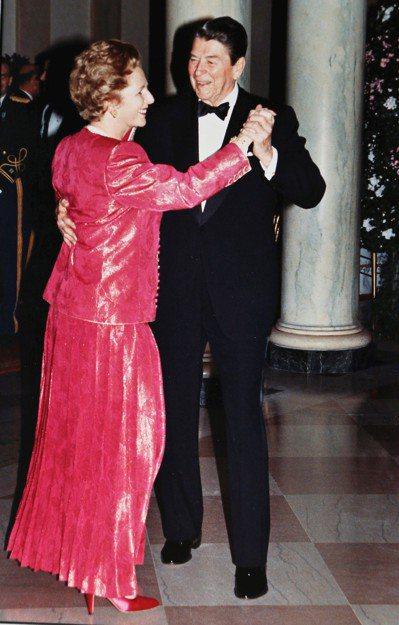 美國故總統雷根(右)與英國故首相柴契爾夫人,在1988年任內共舞的歷史鏡頭。 路...