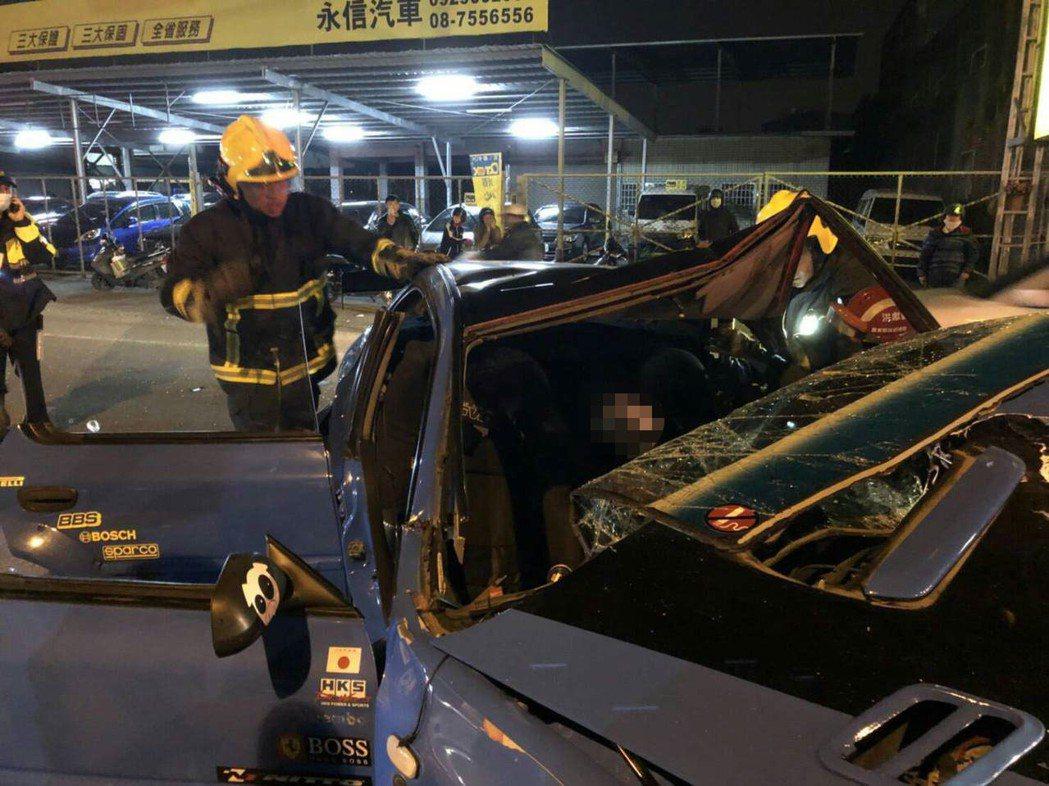 屏東市建國路今晚發生自小客車對撞車禍,造成4人受傷,一人無生命跡象。記者翁禎霞/...