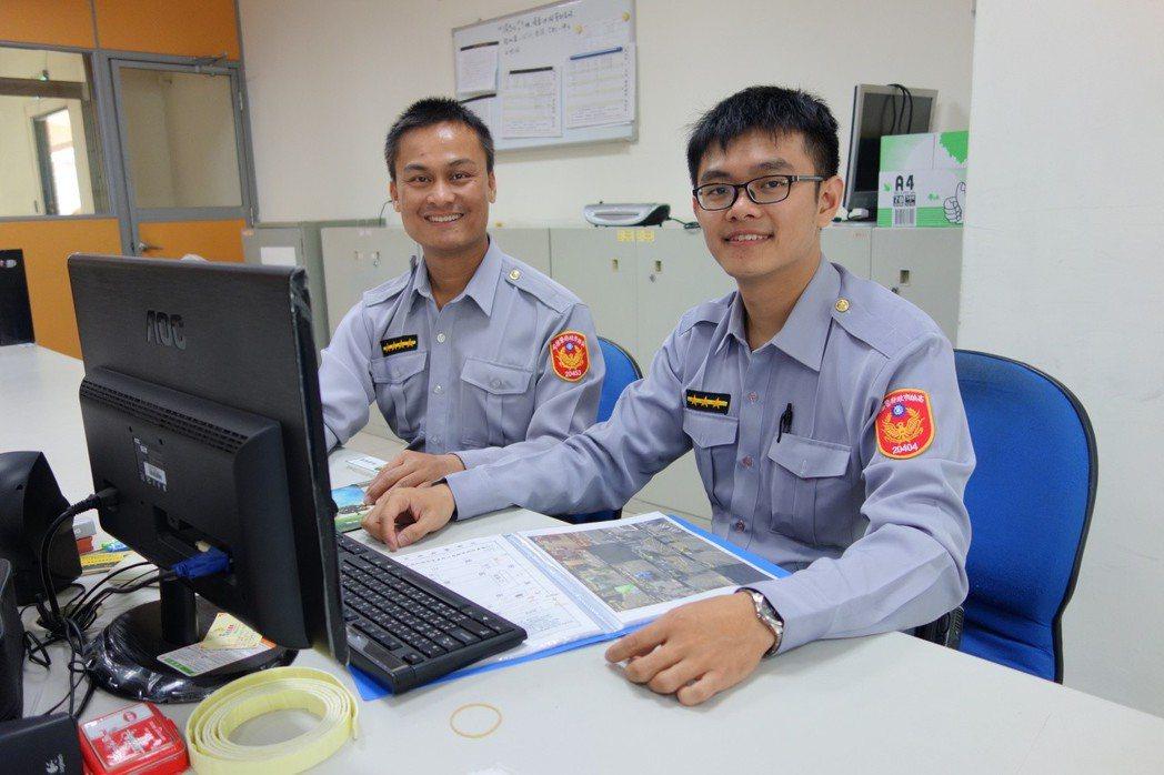 高市鳳山警分局成功所巡佐謝志健(左)是尋人高手,並將尋人技巧傳承給徒弟許凱棟,一...